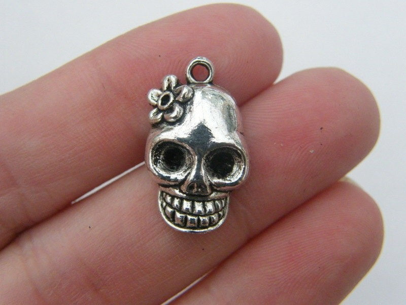 6 Skull charms antique silver tone HC113