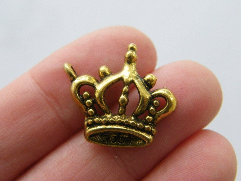 8 Crown charms antique gold tone GC99