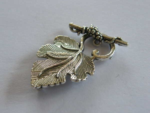 4 Toggle clasps  vine leaf  antique silver tone FS75