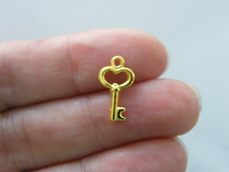 16 key charms gold tone GC122