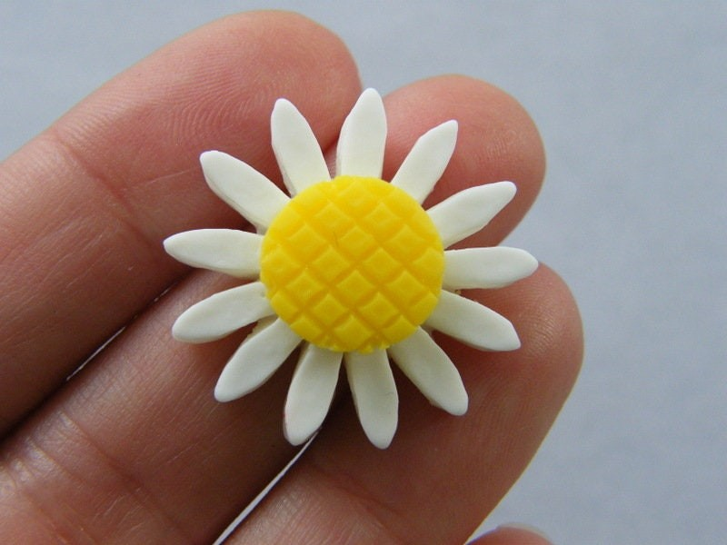 8 Daisy flower embellishments cabochons  white and yellow resin F373