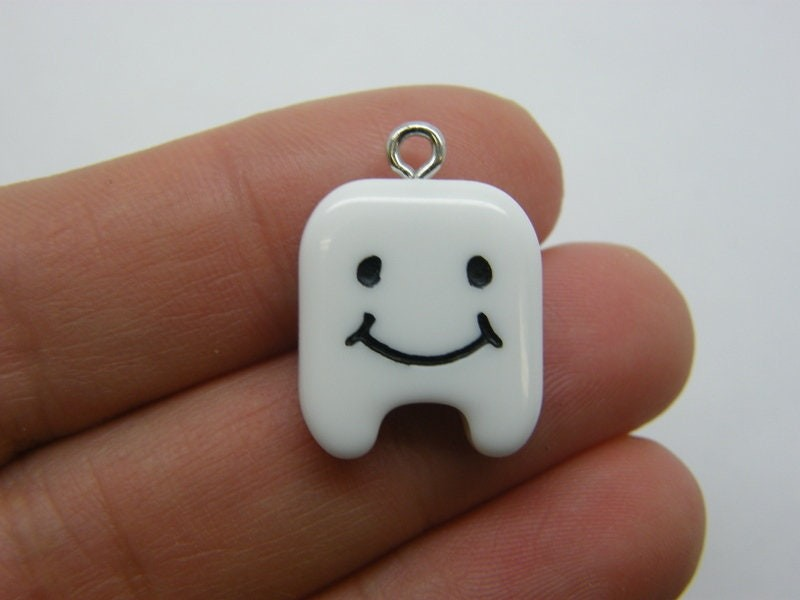 2 Tooth face charms resin MD18