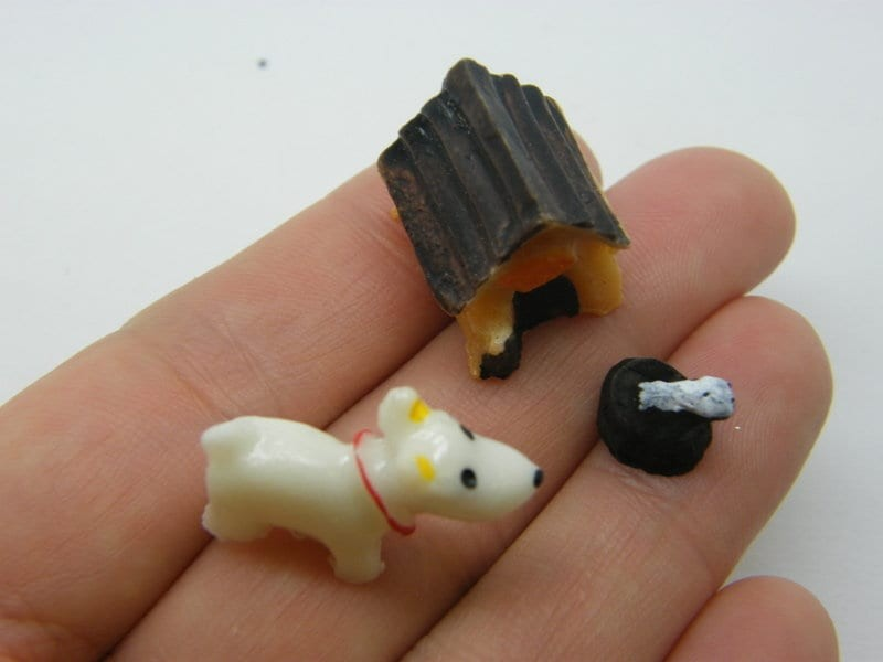 1 Dog kennel and bowl miniature brown white resin A386