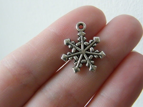10 Snowflake charms antique silver tone SF7