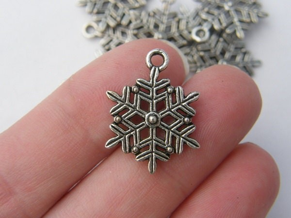 10 Snowflake charms antique silver tone SF3