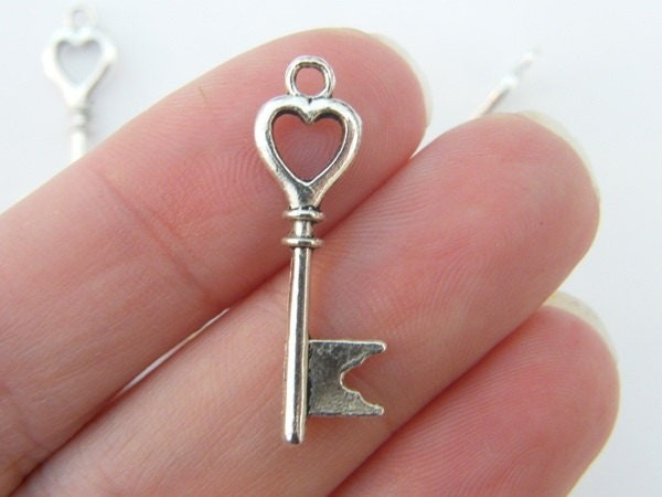 8 Key pendants antique silver tone K5