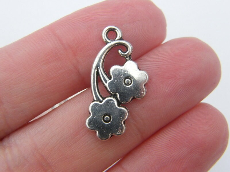 8 Flower pendants antique silver tone F59
