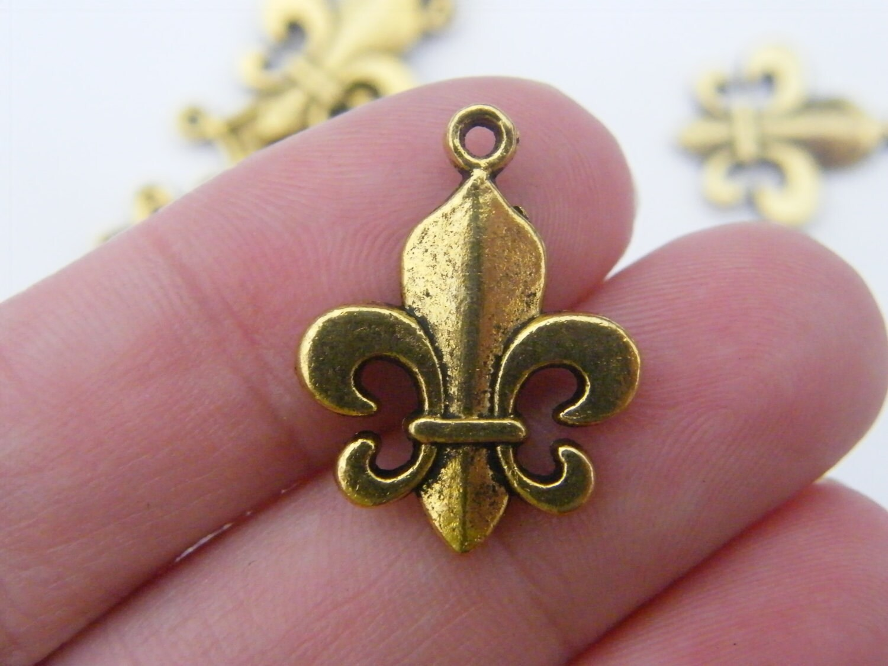 8 Fleur de lis pendants antique gold tone GC452