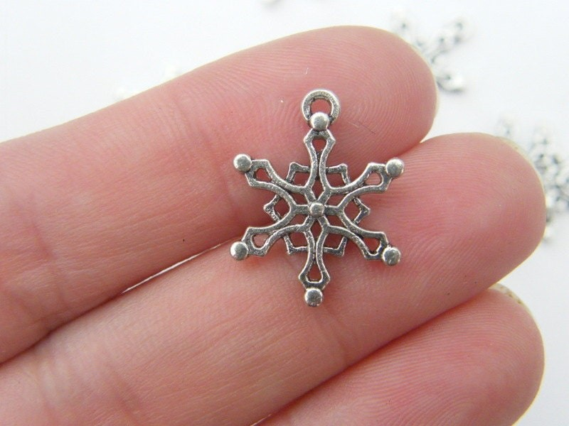 10 Snowflake charms antique silver tone SF16