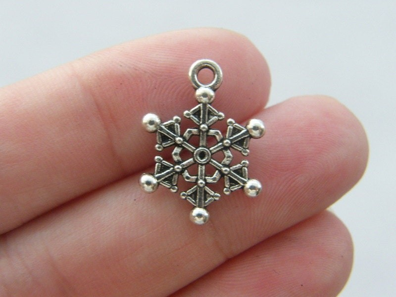 8 Snowflake charms antique silver tone SF28